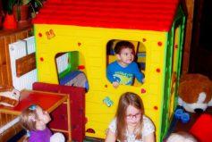 Nový domeček v dětském koutku se dětem líbí!