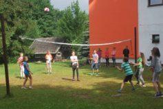 Na našem hřišťátku si můžete zahrát volejbal, fotbálek, badminton či líný tenis…
