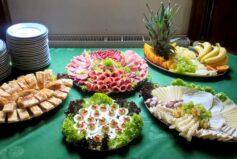 Rádi pro Vás připravíme občerstvení od komorní rodinné oslavy (viz foto) až po svatbu či jinou větší soukromou nebo firemní akci (včetně dortů)