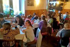 I žactvo škol v přírodě si snídani vybíŕá z bohaté nabídky švédského stolu.